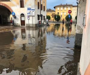 """Gambolò, """"bomba d'acqua"""" sulla città: le strade si allagano"""