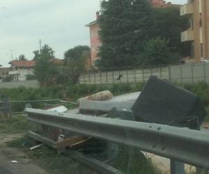 Vigevano, strada San Marco: continua l'abbandono dei rifiuti