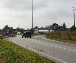 Fuoriuscita di gasolio dalla cisterna, camion fermo alla rotonda