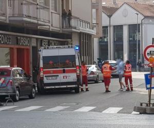 Vigevano, carabiniere la soccorre ma viene aggredito: 35enne denunciata