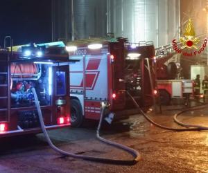 Garlasco, a fuoco un silos: le immagini dell'intervento dei vigili del fuoco