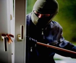 Furto in un'abitazione: i ladri portano via le armi
