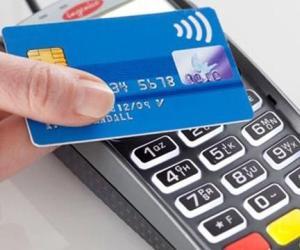 Utilizzano le carte di credito delle compagne per acquisti e prelievi
