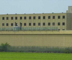 Vigevano, tenta di darsi fuoco in cella: detenuto salvato dagli agenti della polizia penitenziaria