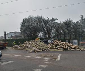 Gambolò, camion di legname perde parte del carico