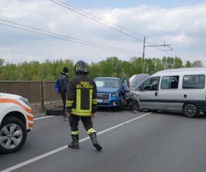 Vigevano, scontro sul ponte: due feriti