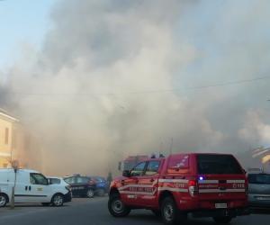 Ottobiano, un incendio divora il tetto di una palazzina