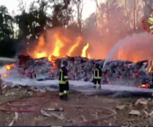 Zinasco, a fuoco un deposito: distrutti 600 quintali di legna