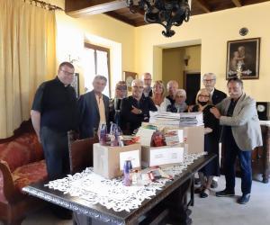 """Dal Lions Club """"Le Robinie""""  materiale didattico alla parrocchia San Bartolomeo"""
