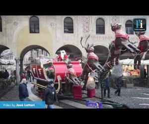 Atmosfera magica in piazza Ducale con l'arrivo della slitta di Babbo Natale