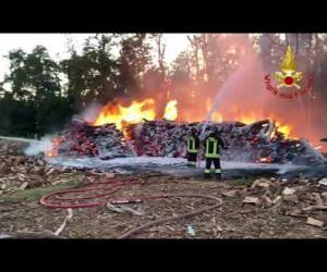Zinasco, incendio in una legnaia: le immagini
