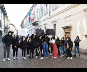 Studenti protestano davanti al Municipio: «Aule fredde e sporche, ci sono pure i topi»