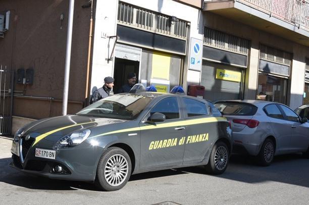Vigevano, blitz della Guardia di Finanza: arrestato il direttore dell'ufficio postale