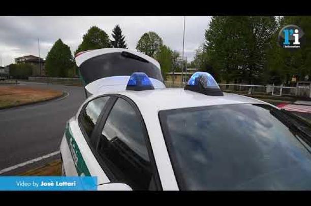 Vigevano, l'auto abbatte il semaforo e si ribalta